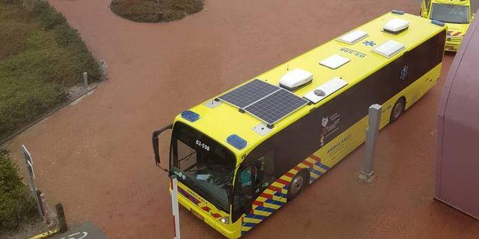 De corona-bus arriveert bij het UMCG.
