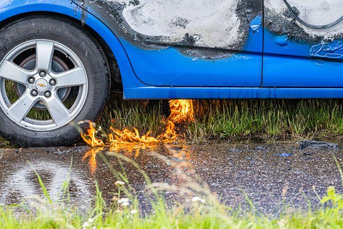 Auto vliegt in brand op de Brakel in Riel na kortsluiting.