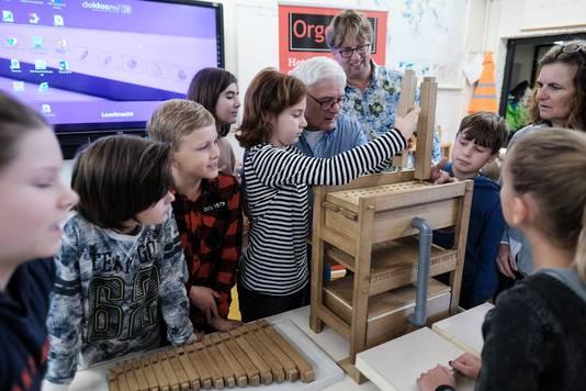 Kinderen van de Anne Frank Montessorischool in Doesburg bouwen een mini-orgel.