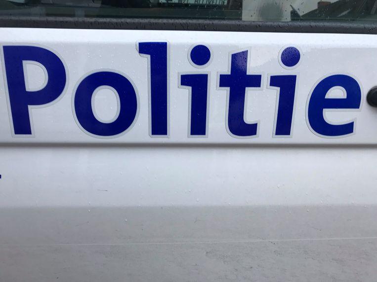 De getroffen politieagent vraagt een voorlopige schadevergoeding van 2.943 euro.
