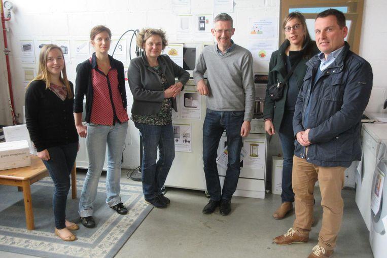 Twee medewerkers van IGO, gedeputeerde Tie Roefs, directeur van de Kringloopwinkel Paul Stessens, gids Karin Kuipers en Schepen van Ruimtelijke ordening Bart Stals.