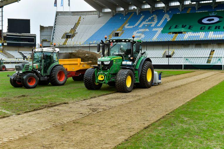 Club Brugge laat de grasmat in het Jan Breydel herleggen. De buren lieten evenwel een zeil op de hoofdtribune liggen met 'Leve Cercle'.