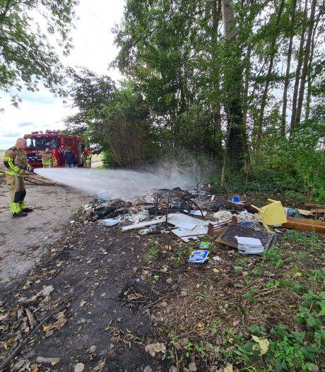 Berg grofvuil in brand op Nederveenweg in Sprang-Capelle