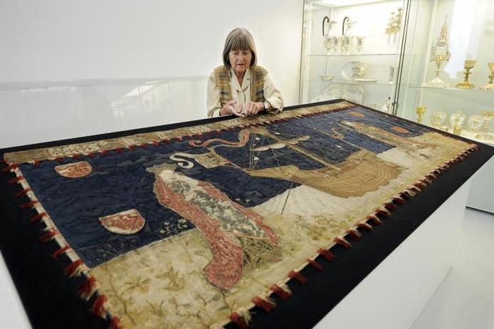 Textielrestauratrice Helga Helbig in Het Valkhof bij het middeleeuwse antependium, een altaardoek, waar ze de afgelopen weken aan gewerkt heeft. Foto: Bert Beelen