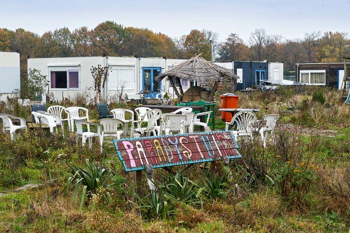 De noodwoningen en de 'paradijstuin' in het Ecodorp.