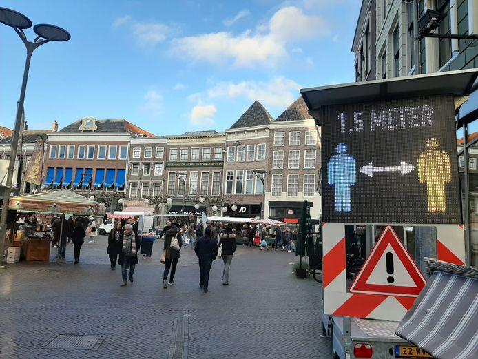 Moeten de winkels mogelijk dicht? Grote steden in Oost-Nederland, waaronder Zwolle, zijn bang voor drukte door 'Sinterklaasshoppers'.