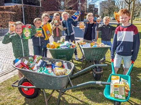 Sam (7) uit Zwolle wilde met vriendjes de voedselbank helpen. En dat lukte!