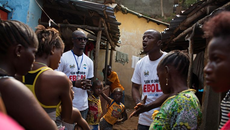 In Freetown, in Sierra Leone, wordt gesproken over de gevaren van ebola. De foto is uit maart. Beeld REUTERS