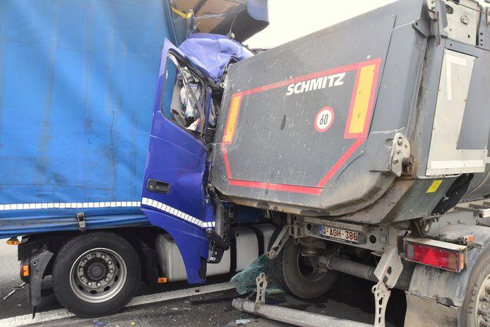 De vrachtwagen van de Roemeense trucker liep zware schade op bij het ongeval langs de E403 in Bellegem. Het mag een wonder heten dat de man ongedeerd bleef.