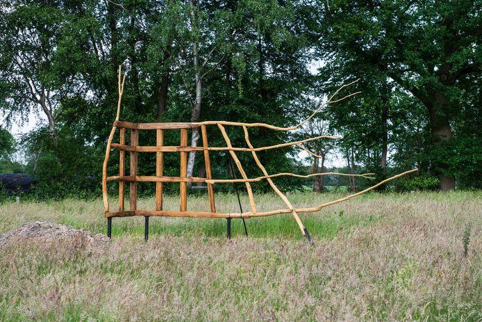 De Stichting KunstenLandschap heeft dit jaar het kunstwerk 'Werkhout-Groeihout' van kunstenaar Hester Pilz aangekocht. De houtsculptuur staat in een weiland aan de Vegerweg.