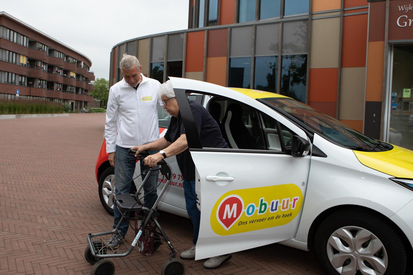 De wijktaxi zou onder anderen ouderen die slecht ter been zijn moeten helpen, maar de Mobuur-auto's zijn door iedereen te boeken.