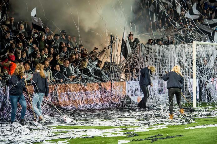 Sfeeractie door harde kern van Heracles in de derby tegen FC Twente.