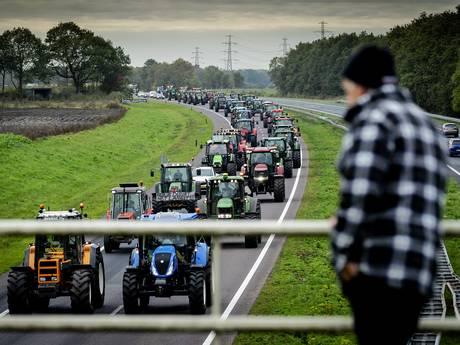 Boeren protesteren bij provinciehuizen: Drenthe, Overijssel en Gelderland trekken stikstofregels in