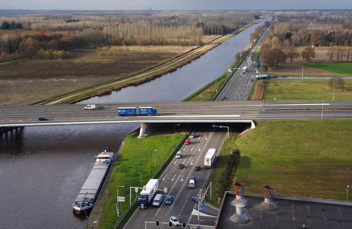 Aan de noordkant van Veghel kruist de N279 de A50.