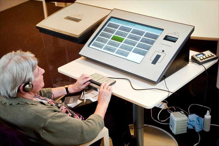 Een blinde vrouw volgt een demonstratie op een stemcomputer voor blinden en slechtzienden.  Beeld ANP XTRA