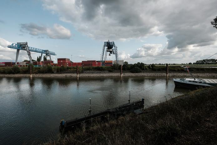 De containerterminal in de haven van Emmerik.