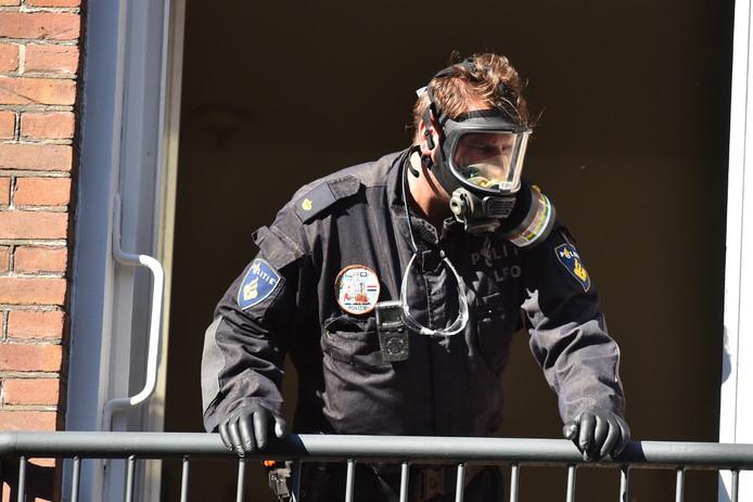 Een agent controleert het drugslab in de Scheepmakersstraat in Den Haag.