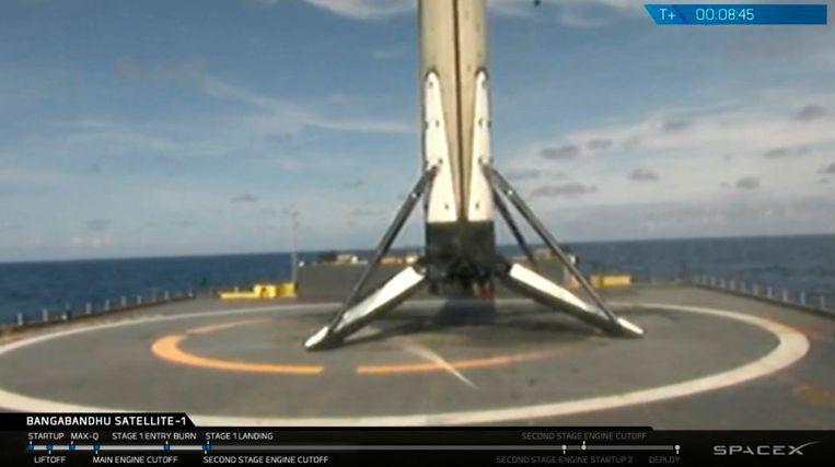 De booster van de Falcon 9-raket is weer veilig geland na de lancering op een schip in de Atlantische Oceaan.