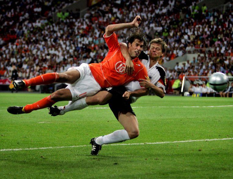 Tijdens het EK van 2004 in Portugal scoort Ruud van Nistelrooy, terwijl Christian Wörns hem om de nek hangt.  Beeld Pim Ras
