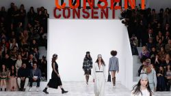 Fashion goes female: Dior flirt met feminisme op de modeweken in Parijs