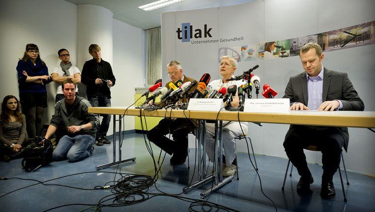 Wolfgang Koller (midden) het hoofd van het team van behandelend artsen van prins Friso gaf gisteren in het Landeskrankenhaus in het Oostenrijkse Innsbruck een toelichting op de gezondheidssituatie van de prins. © ANP Beeld