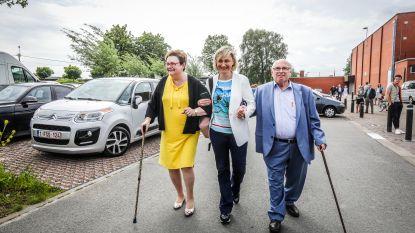 """Hilde Crevits brengt ouders mee naar stembureau: """"Ze zijn niet zo goed te been"""""""