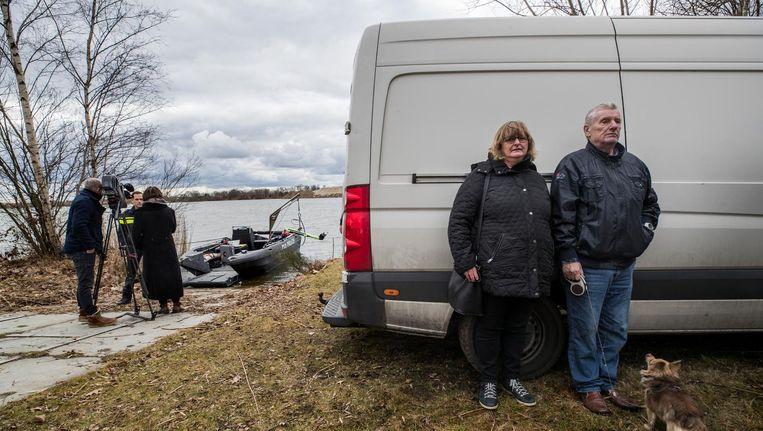Jan Hölskens en Rina Martens, nabestaanden van Piet Hölskens en Hans Martens, bij de poging in Liessel sporen te vinden van de vermisten. Beeld null