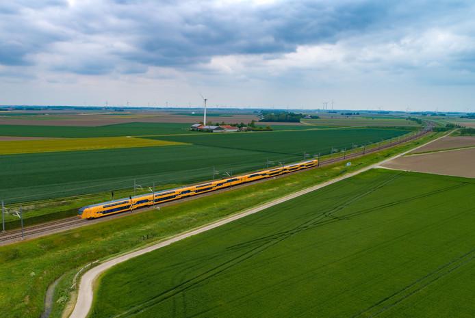 Een trein over de Hanzelijn, ter hoogte van Swifterbant.