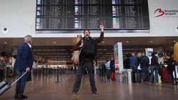 """""""Belgian chocolate?"""" Arne versiert luchthavenpersoneel met chocolade (en doodt de tijd met karaoke in Dubai)"""