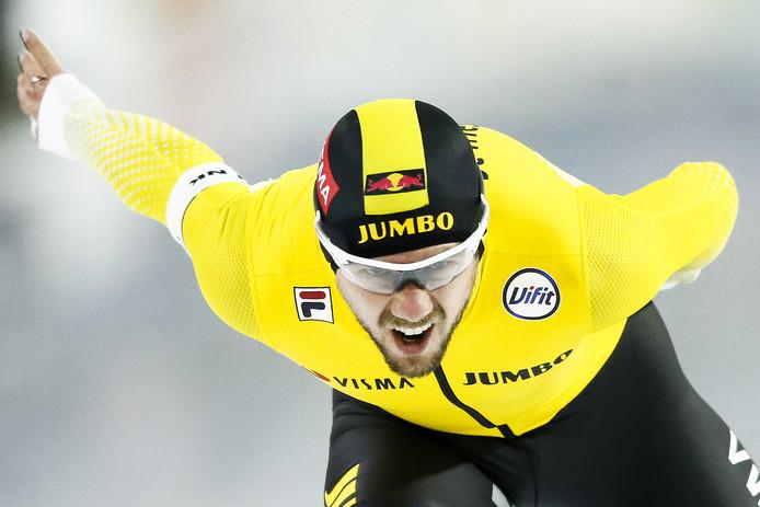 Douwe de Vries in actie op de 10.000 meter tijdens het NK Allround