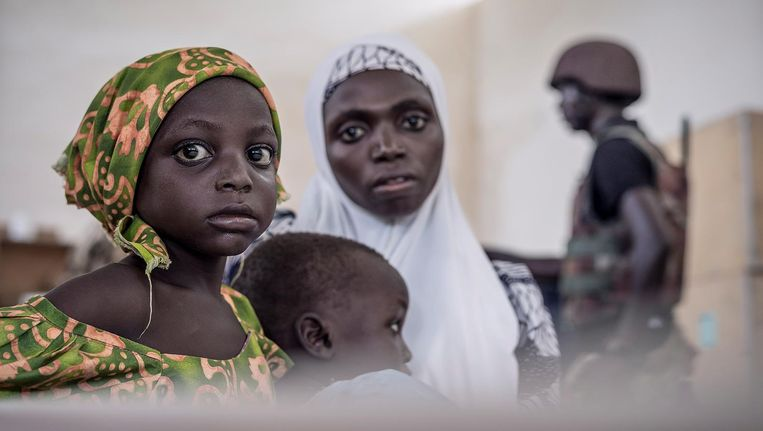 Nigeriaanse moeders met zieke en ondervoede kinderen wachten bij een vernield ziekenhuisje op hun beurt om gezien te worden door de dokter. Beeld Sven Torfinn / de Volkskrant