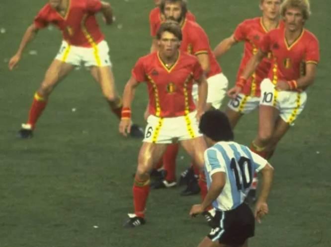 Het verhaal achter dé iconische foto van Maradona in Camp Nou tegen de Rode Duivels