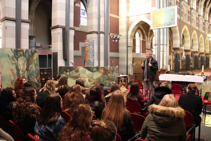 Wil Borm geeft jonge KSE'ers uitleg over hoe Forrer de kruisweg zag.