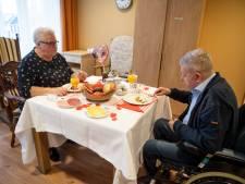 Eindelijk kan Aggie weer een beschuitje  eten met haar Gerrit in het verpleeghuis in Almelo