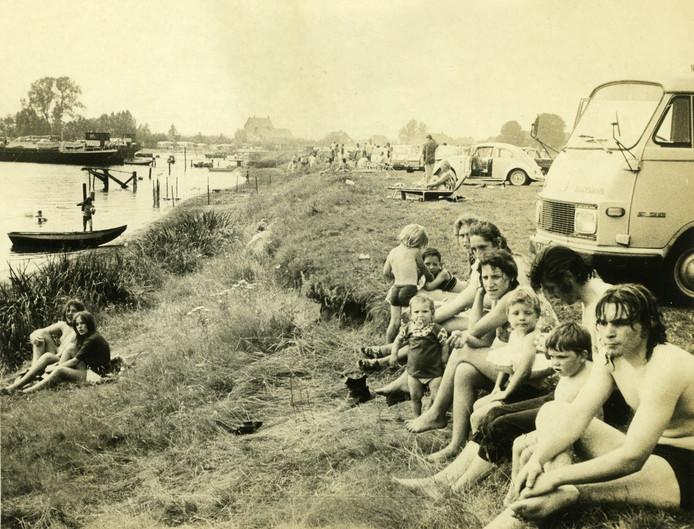 Dagrecreanten aan de Gouden Ham in de jaren zeventig. Foto: Historische Vereniging Tweestromenland
