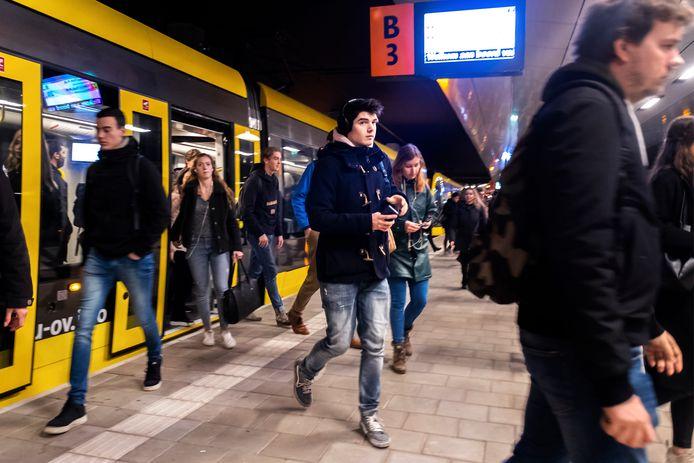Jaarlijks telt Utrecht Centraal zo'n 88 miljoen reizigers en passanten.  Met twee tramlijnen en een nieuw intercitystation wil Utrecht de druk op CS verlagen.