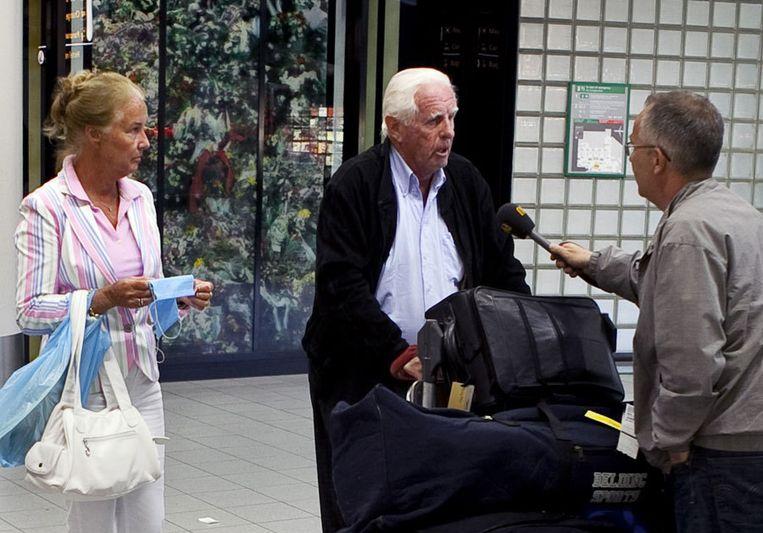 Reizigers uit Mexico bij hun aankomst op Schiphol in het bezit van mondkapjes. Schiphol heeft nog geen verscherpte maatregelen getroffen in verband met de varkensgriep. Foto ANP/Gerald van Daalen Beeld