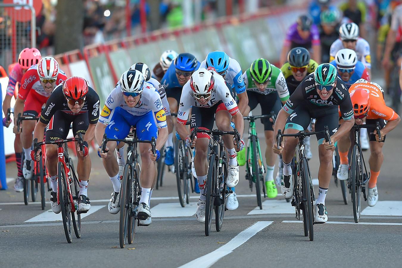 Sam Bennett drukt zijn wiel als eerste over de finish.