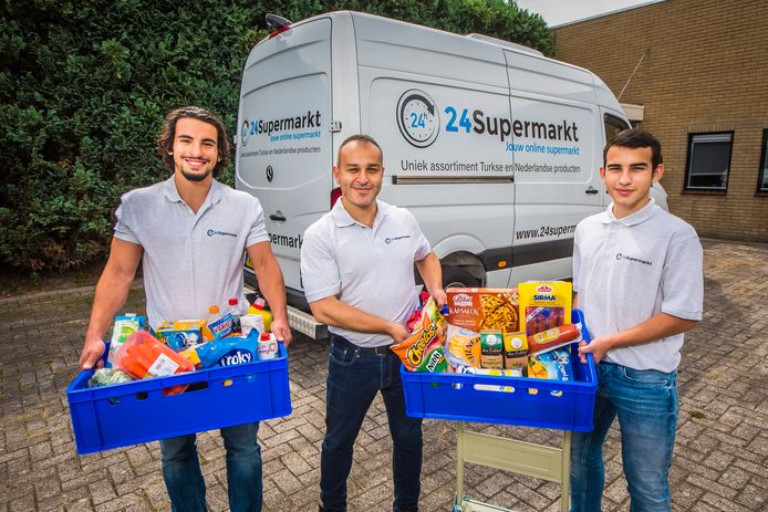 Mahmut Ceylan, temidden van zijn zoons Alpay (links ) en Yasar, heeft sinds kort een online supermarkt die aan huis bezorgt.