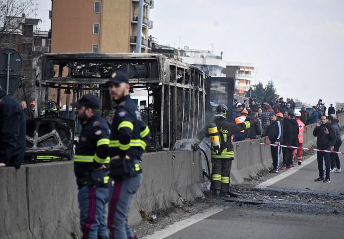 Brandweer bij de uitgebrande bus