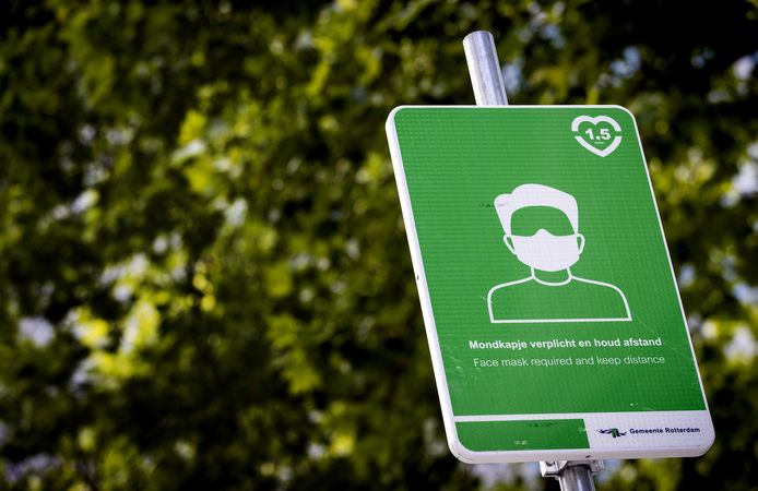 Een bord met informatie over mondkapjesplicht op het Rodezand. Het dragen van een mondkapje is vanaf woensdag verplicht op drukke plekken in Rotterdam.