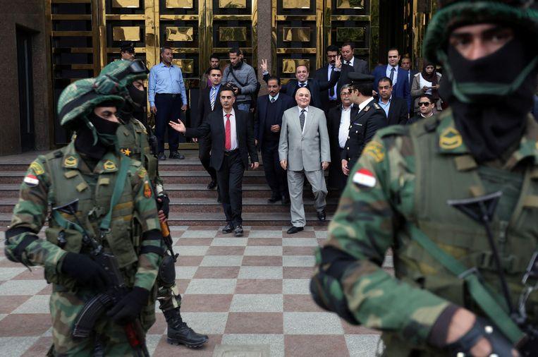 Moussa Moustafa Moussa, in het lichte pak, werd op het laatste nippertje tegenkandidaat. Hij voerde aanvankelijk campagne vóór Sisi. Beeld REUTERS