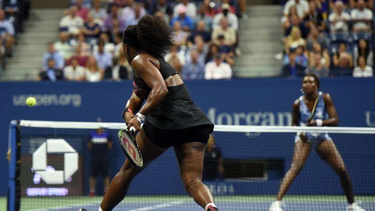 Serena Williams (L) speelt tegen haar zus Venus Williams. Beeld afp