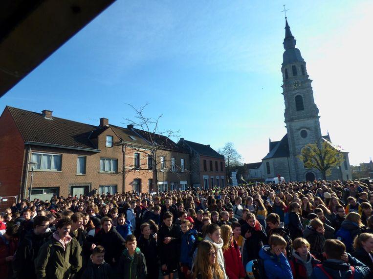 De leerlingen verzamelden op het Kerkplein voor de 44ste Vastenvoettocht van Sjabi.