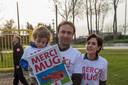 Tom Lanckriet, Stefanie Willaert en zoontje Rune bedanken de MUG-helikopter tijdens de bekendmaking van het nieuwe sponsorcontract.