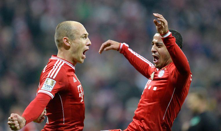Arjen Robben (l) viert met Thiago Alcantra een goal tegen Wolfsburg Beeld null