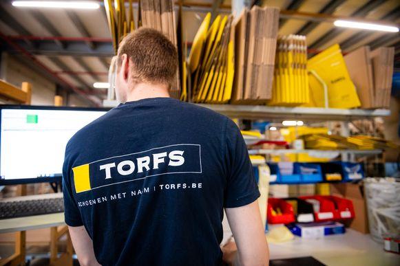 Een werknemer van Torfs in het distributiecentrum in Temse.
