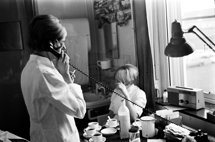 Ook al werden in de Klokkenberg veel longpatiënten behandeld, roken was gewoon toegestaan. Zoals tijdens het werk op de afdeling röntgen.