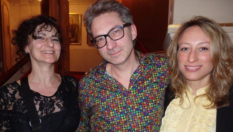 Organisatoren Freddy van Thijn en Frénk van der Linden en Carolina Lo Galbo (vlnr), juryvoorzitter van De Tegel. Schuim kreeg ineens zin in Candy Crush. Beeld -