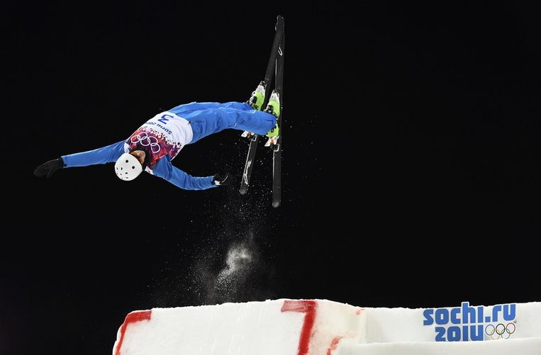 Anton Kushnir tijdens zijn winnende sprong in de aerials-finale Beeld reuters